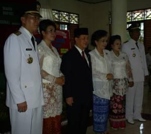 Bupati dan Wakil Bupati Terpilih berfoto Bersama Gubernur.