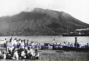 een-schip-van-de-kpm-bij-de-aanlegplaats-bij-tahoelandang-1914