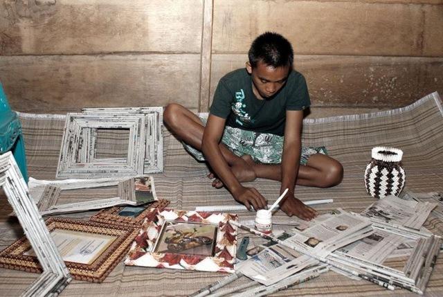 ... dari membaca koran di rumah sangadi (kepala desa), pemuda yang tidak