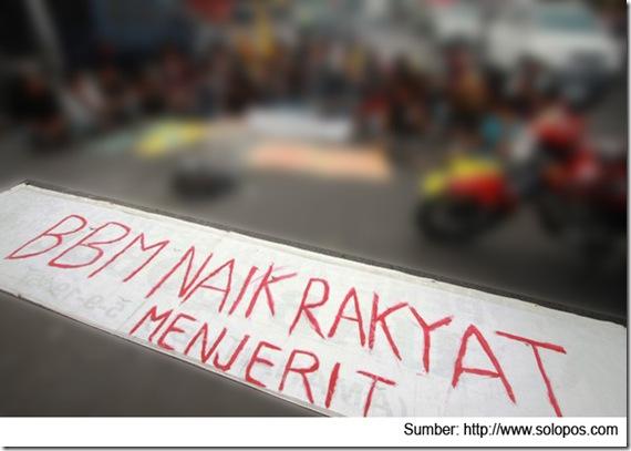 HARIANJOGJA/GIGIH M. HANAFITOLAK KENAIKAN BBM-- Puluhan mahasiswa yang mengatasnamakan Pergerakan Islam Indonesia melakukan do'a bersama dan teatrikal di Pertigaan UIN, Jl. Laksda Adisucipto, Sleman, Jumat (16/3). Mereka menolak rencana kenaikan BBM serta meminta pemerintah menghapus subsidi yang di nikmati golongan atas.
