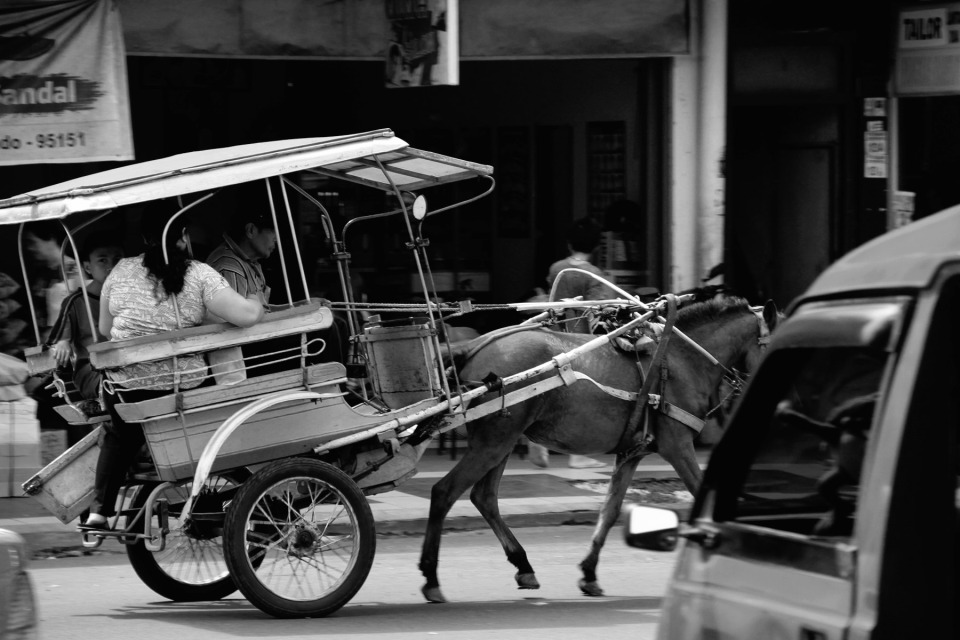 "LANJUT -- Selesai satu penumpang, penumpang lain harus diantar. ""Hidup harus konsisten. Torank orang Indonesia sering suka bosan. Anak-anak saya sudah kerja semua. Mereka selesai sekolah dari uang yang saya dapat dari Bendi ini. Sekarang mereka berikan saya 18 cucu,"" ujar dengan Bahagia."