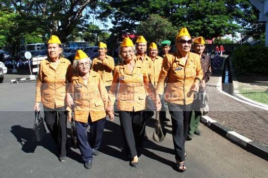 BERGANDENGAN TANGAN. Para veteran wanita ini merasa satu hati dalam perjuangan yang telah dilalui, sehingga sepanjang jalan menuju lokasi Upacara Bendera memperingati Detik-detik Proklamasi Kemerdekaan RI yang ke-68, mereka bergandengan tangan.