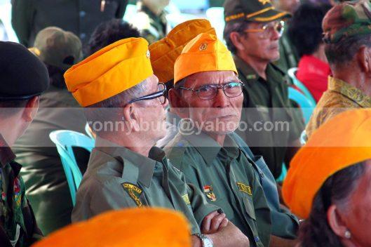 TOPI KEBANGGAAN. Topi orange itulah yang menjadi kebanggan mereka sebagai anggota LVRI.