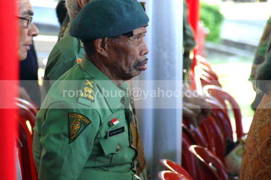 TEGAK BERDIRI. Tak mau ketinggalan, walau tak sekuat dulu lagi, anggota veteran ini masih berdiri tegak untuk menghormati bendera.