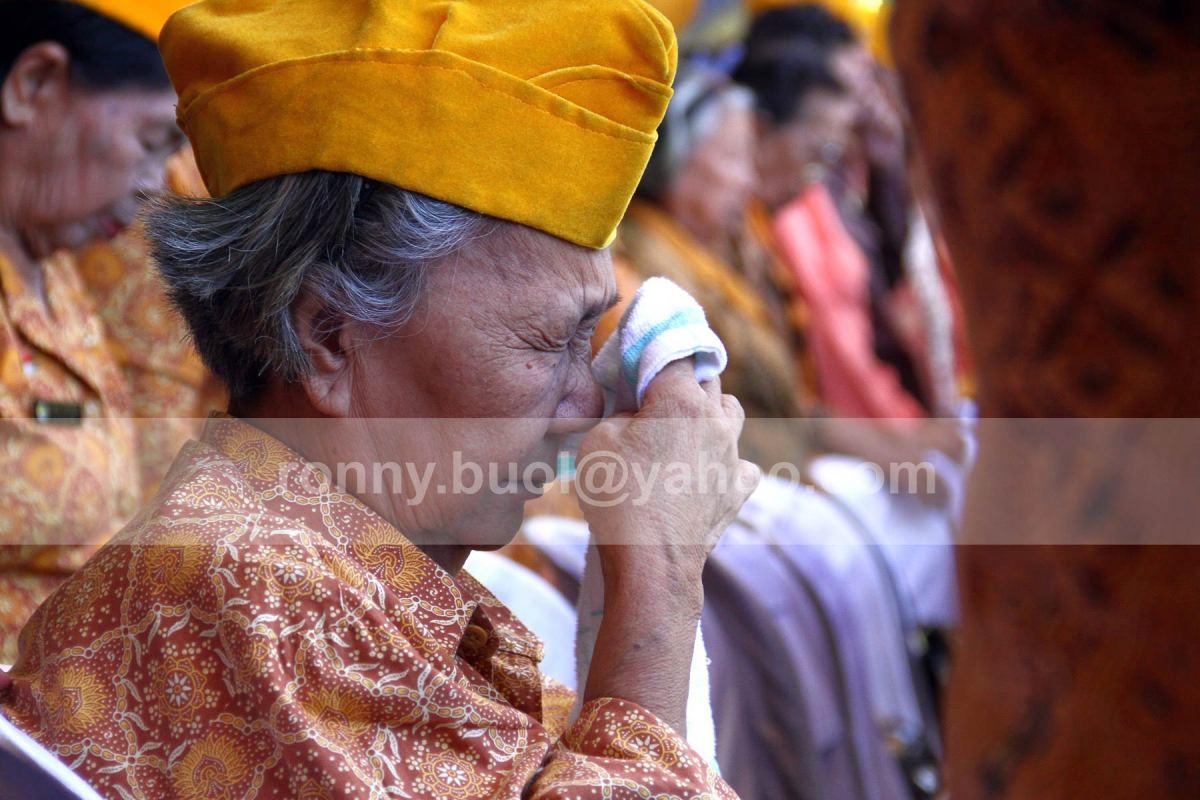 MENANGIS. Martje Engkol (74), veteran Perintis Kemerdekaan tak kuasa menahan tangis ketika Hymne Hening Cipta dikumandangkan pada Upacara Bendera memperingati Detik-Detik Proklamasi Kemerdekaan RI yang ke-68 di Halaman Kantor Gubernur Sulut, 17 Agustus 2013.