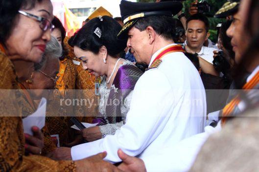 BERI APRESIASI. Gubernur Sulut, SH Sarundajang berkesempatan menyalami para veteran pada acara Ramah Tamah setelah Upacara Bendera memperingati Detik-Detik Proklamasi Kemerdekaan RI, 17 Agustus 2013.