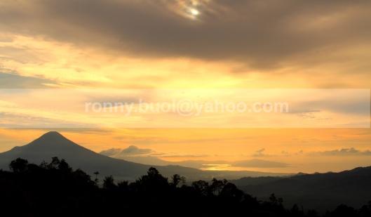 TERLIHAT DARI MAHAWU - Bentang alam Kota Bitung terlihat dari arah kaki Gunung Mahawu di Tomohon 7D | 18-135mm | Fl31mm | AV Mode pada F/11, under 1 stop | ISO 100 | Taken daet: 30 Juli 2013.