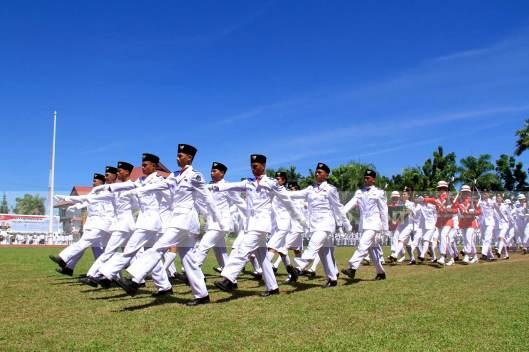 DERAP LANGKAH. Pasukan Pengibar Bendera Sulut sedang memasuki lapangan Upacara Peringatan HUT Ke-68 RI di Halaman Kantor Gubernur Sulut, 17 Agustus 2013.