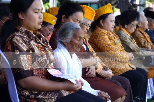 TURUT BERDOA.  Sophia Sumilat (berbaju putih) turut berdoa diantara undangan Peringatan Detik-Detik Proklamasi Kemerdekaan yang dilaksanakan di halaman Kantor Gubernur Sulut, 17 Agustus 2013.