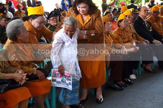 BERDIRI.  Sophia Sumilat (berbaju putih) berusaha berdiri ketika Gubernur Sulut, SH Sarundajang memberikan apresiasi terhadap dirinya pada saat acara Ramah Tamah sesudah Peringatan Detik-Detik Proklamasi Kemerdekaan yang dilaksanakan di halaman Kantor Gubernur Sulut, 17 Agustus 2013.