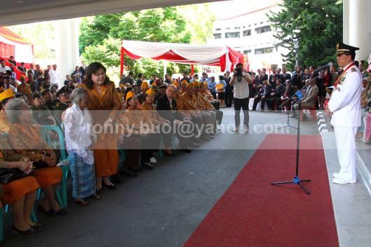 APRESIASI.  Gubernur Sulut, SH Sarundajang memberikan apresiasi terhadap Sophia Sumilat, veteran Perintis Kemerdekaan yang berusia genap 100 tahun saat acara Ramah Tamah sesudah Peringatan Detik-Detik Proklamasi Kemerdekaan yang dilaksanakan di halaman Kantor Gubernur Sulut, 17 Agustus 2013.