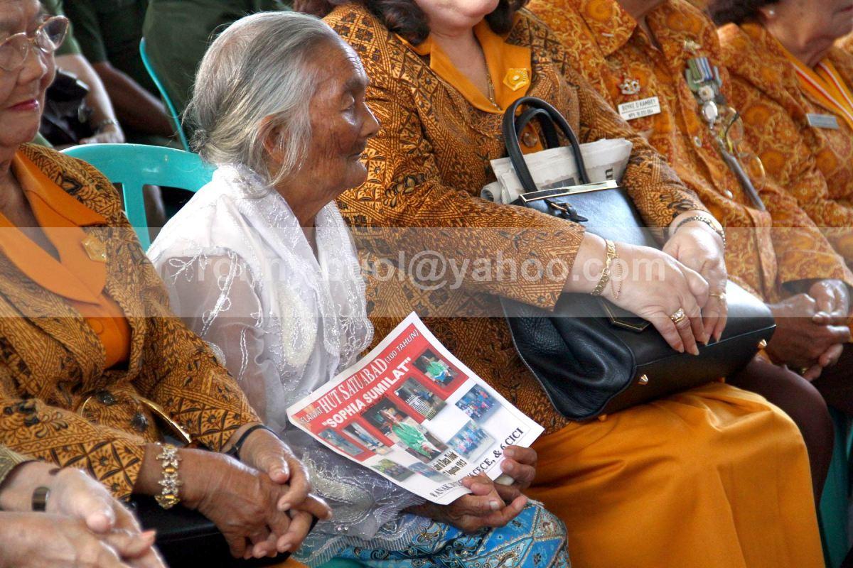 BAWA POSTER. Sophia Sumilat membawa poster kecil yang memuat foto-foto perjalanan hidupnya. Sophia yang lahir di Desa Tolok, Tompaso, Minahasa, genap berusia 1 abad pada saat HUT Ke-68 RI.