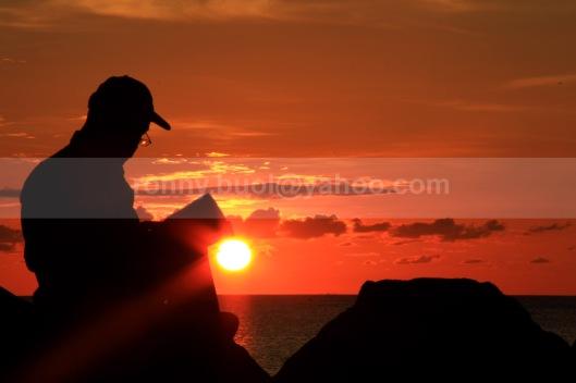 MENIKMATI SUNSET. || Canon7D, 18-135mm, FL 128mm, Av Mode, F/36, ISO 160, -1,67eV || Lokasi: Marina Plaza Manado || 24 Juli 2013.