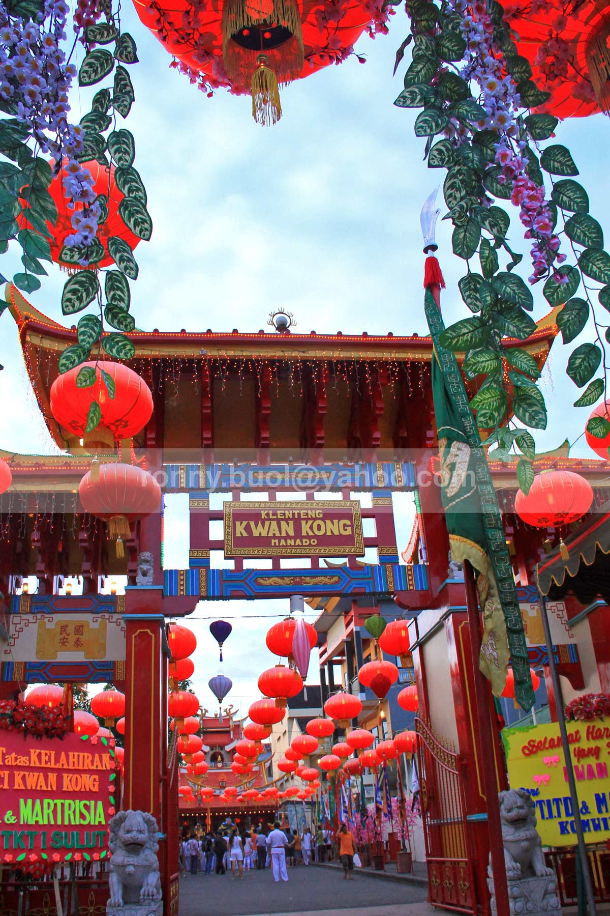 KWANG KONG DAN LAMPION -- Pintu gerbang Klenteng Kwang Kong terlihat indah dengan hiasan lampion sewaktu perayaan HUT Dewa Kwang Kong. Klenteng Kwang Kong merupakan salah satu klenteng utama di Kota Manado. 7D | 18-135mm | FL18mm | F/9 | 1/100s | ISO1000 | No Tripod | Taken date: 31 Juli 2013.