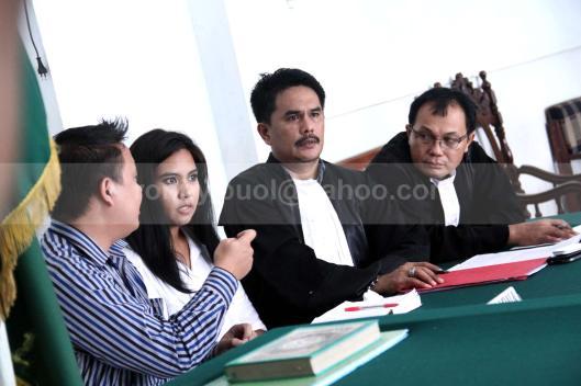 DISIDANG. Sukrita Thiemek (berbaju putih) sedang mengikuti sidang di Pengadilan Negeri Manado, atas dakwaan terhadap dirinya yang menyelundupkan narkotika golongan I jenis shabu, 24 Juli 2013.