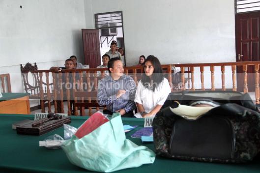 BARANG BUKTI. Hakim di Pengadilan Negeri Manado mengkonfrontasi barang bukti milik Sukrita Thiemek (berbaju putih), 24 Juli 2013. Dia didakwa berusaha menyelundupkan narkotika golongan I jenis Shabu senilai Rp 2,2 miliar.