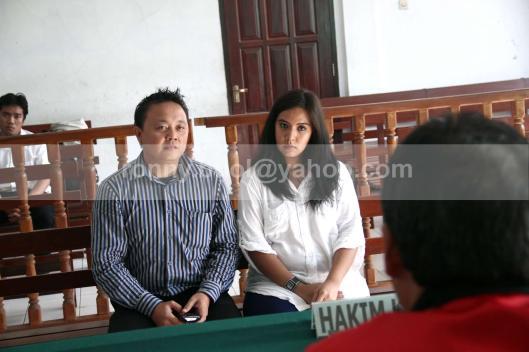 DENGARKAN HAKIM. Sukrita Thiemek (berbaju putih) warga Thailand didampingi seorang penterjemah, sedang mendengarkan pertanyaan Hakim di Pengadilan Negeri Manado, 24 Juli 2013. Sukrita didakwa menyelundupkan narkotika jenis Shabu ke Indonesia. Dia ditangkap ketika masuk melalui Bandara Samratulangi Manado.