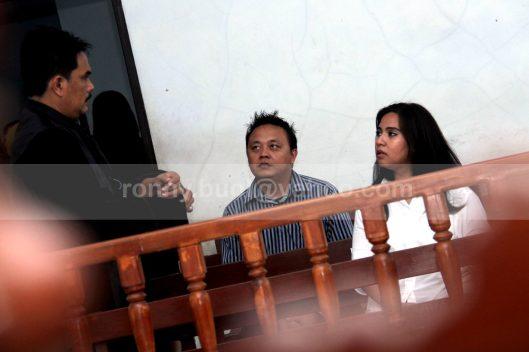 KONSULTASI. Terdakwa penyelundupan narkotika golongan I jenis shabu, Sukrita Thiemek (berbaju putih) warga Thailand sedang berkonsultasi dengan penasehat hukumnya. Dia didampingi oleh seorang penterjemah ketika menjalani sidang di Pengadilan Negeri Manado, 24 Juli 2013.