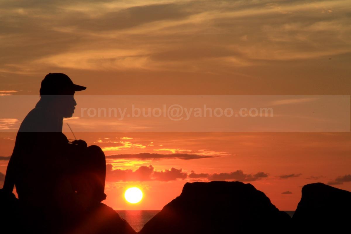 MENIKMATI SUNSET-3  || Canon7D, 18-135mm, FL 120mm, Av Mode, F/36, ISO 160, -1,67eV || Lokasi: Marina Plaza Manado || 24 Juli 2013.