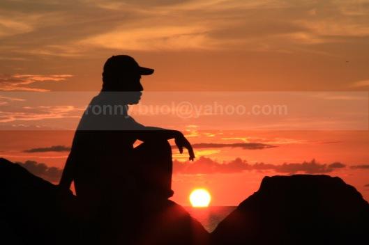MENIKMATI SUNSET-4  || Canon7D, 18-135mm, FL 135mm, Av Mode, F/36, ISO 160, -2.00eV || Lokasi: Marina Plaza Manado || 24 Juli 2013.