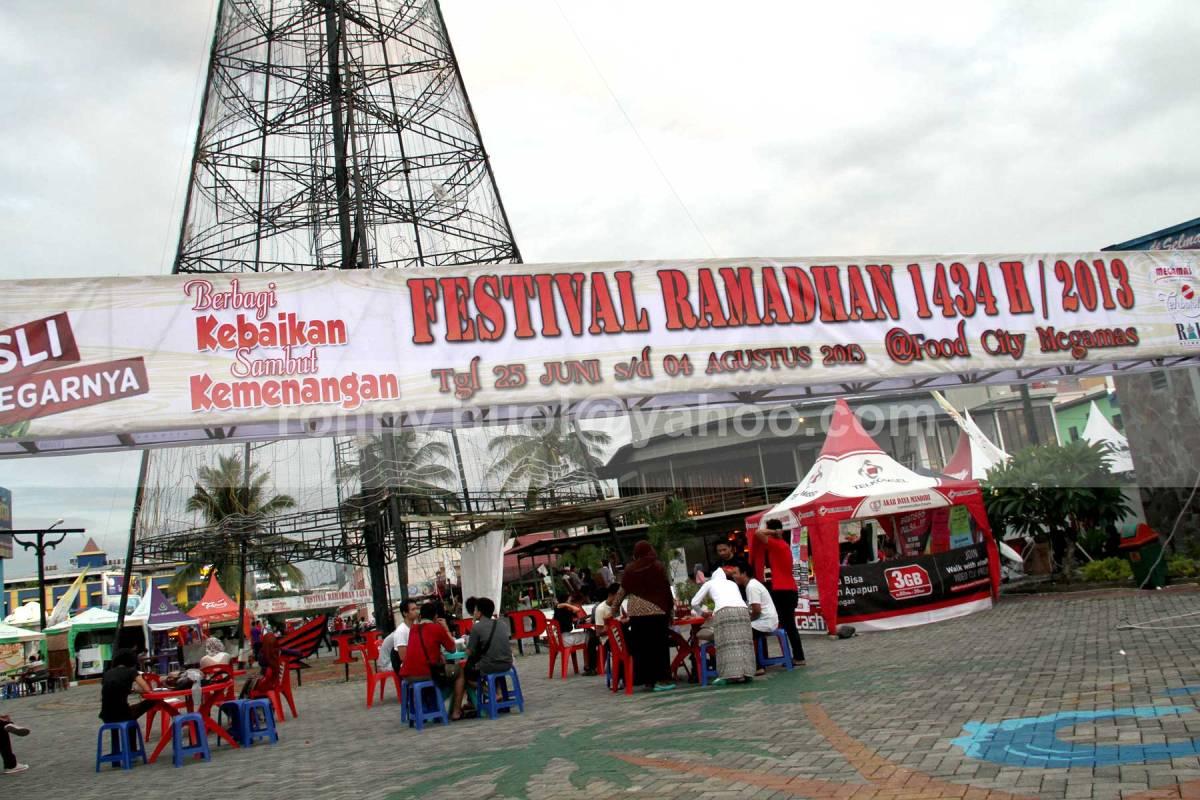 FESTIVAL RAMADHAN. Salah satu lokasi tempat dilaksanakannya Festival Ramadhan 1434H di Manado adalah di Lokasi Poohon Kasih, kawasan Mega Mas. (19 Juli 2013)