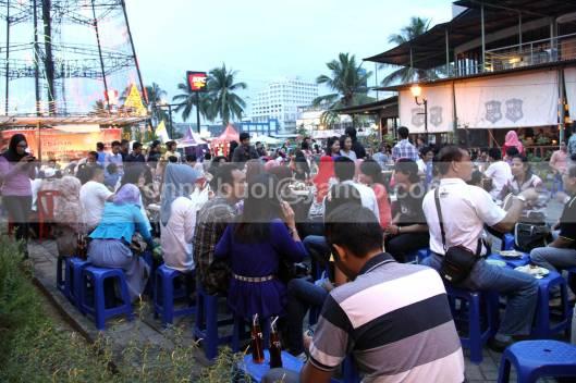 RAMAI. Ratusan warga muslim setiap sore mendatangi lokasi Pohon Kasih di kawasan Mega Mas Manado untuk berbuka puasa bersama. Berbagai kegiatan digelar selama bukan Ramadhan, 19 Juli 2013.