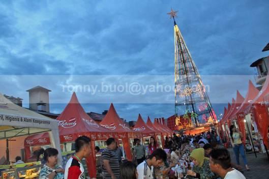 POHON NATAL. Lokasi Pohon Kasih di kawasan Mega Mas Manado sejatinya berawal dari pemecahan rekor Indonesia Pohon Natal tertinggi. Kini lokasi tersebut menjadi simbol kerukunan umat beragama di Sulawesi Utara. (19 Juli 2013).