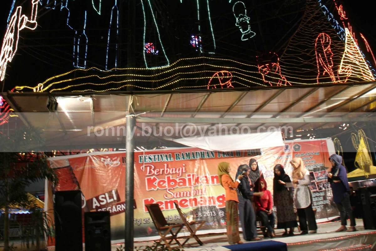 DEMO HIJAB. Komunitas Hijaber Manado melakukan demo penggunaan hijab yang benar diatas panggung yang didirikan dibawah Pohon Kasih di kawasan Mega Mas Manado, 19 Juli 2013.