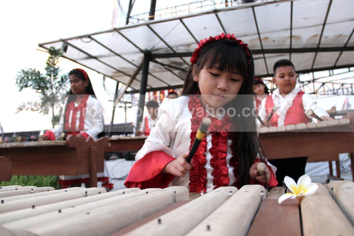 SERIUS - Salah satu pemain musik kolintang cilik sedang serius dan menghayati permainan instrumen musik yang terbuat dari kayu tersebut.