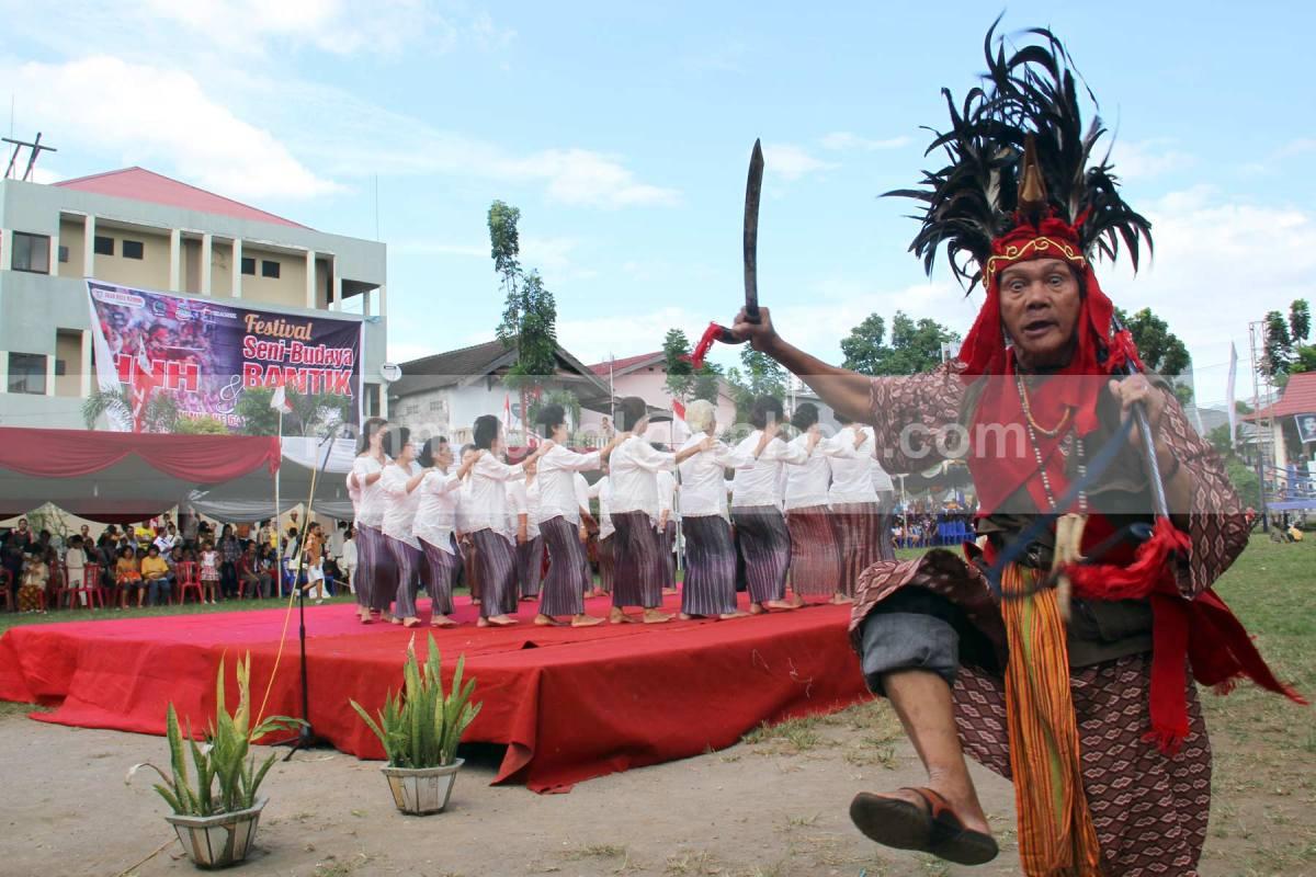 Seorang pria dari Suku Bantik dengan pakaian Upasa sedang bersiap dalam Festival Bantik 2013.