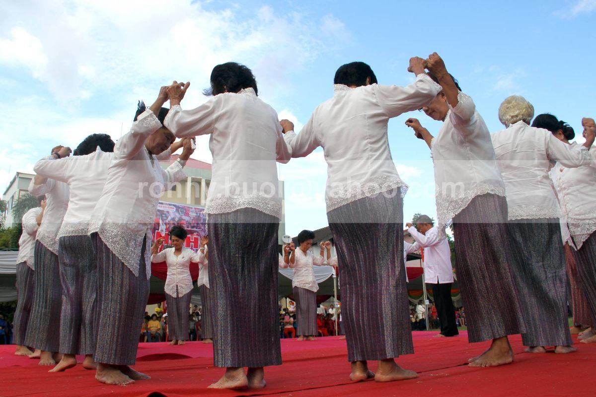 Kaum wanita dari suku Bantik sedang menarikan Upasa dalam versi aslinya.