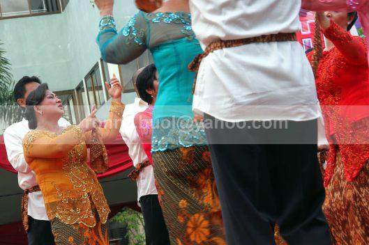 Para penari yang terdiri dari pasangan orang tua sedang menarikan tarian Upasa yang sudah dikreasikan dalam berbagai gerak.