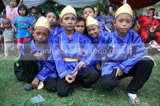 Anak-anak suku Bantik ikut berpakaian adat yang mencerminkan kekhasan Suku Bantik.