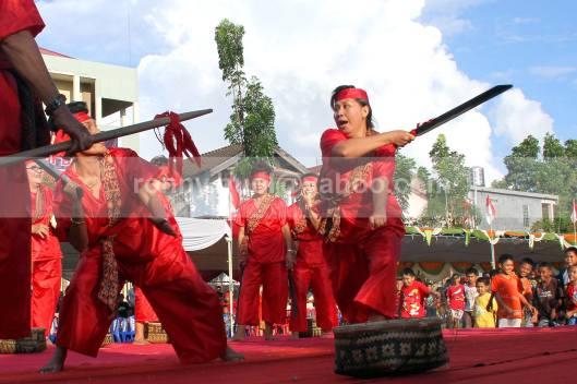 Para wanita dari sub etnis Bantik tidak mau ketinggalan memeragakan ketangkasan dalam memainkan pedang dalam tarian Upasa.