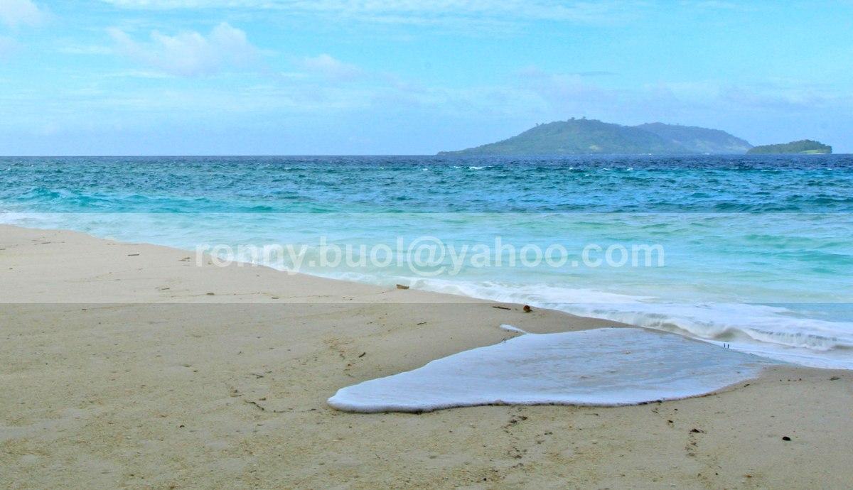MENDAHULUI - Lidah air dari hempasan ombak di Pantai Lihaga ini seolah ingin mendahului buih ombak lainnya.