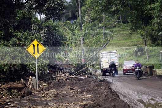 Salah satu rumah warga yang ambruk diterjang banjir bandang di Ratahan.
