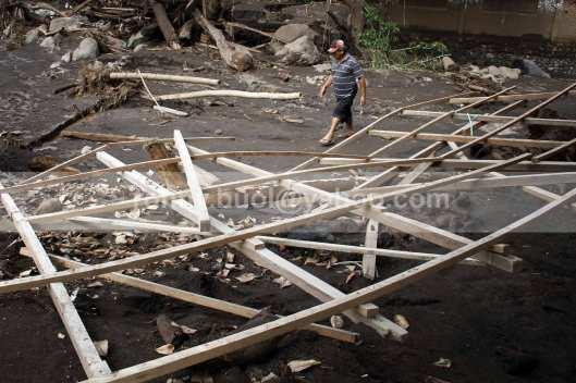 Rumah warga yang baru dibangun tersisa rangka setelah diterjang banji bandang di Desa Lowu Utara.