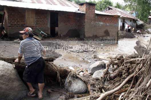 Tingginya rendaman lumpur terlihat membekas di dinding rumah warga yang ada di Desa Lowu Utara.