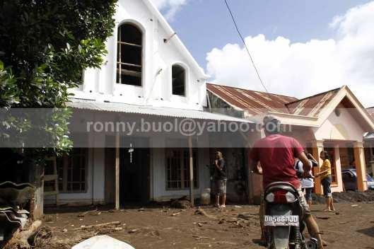 Sebuah bangunan gereja di Desa Lowu Utara ikut terendam lumpur yang dibawah banjir bandang.