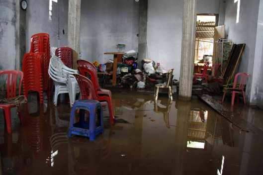 Sejumlah perabot dan peralatan ibadah gereja di Desa Lowu Utara rusak terendam lumpur yang dibawah banjir bandang.