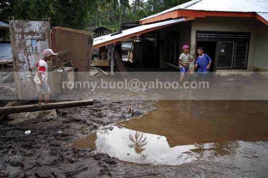 Beberapa bocah di Desa Rasi ikut merasakan dampak yang diakibatkan terjangan banjir bandang.