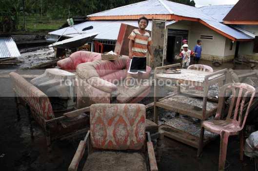 Perabot rumah tangga juga tak luput dari terjangan banjir bandang.