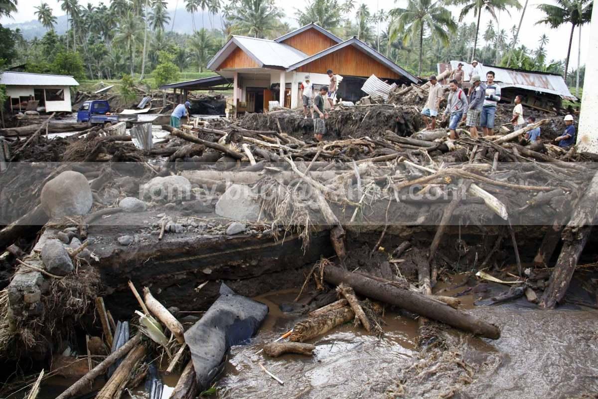 Ribuan kayu berbagai ukuran yang ditebang di hutan Manimporok terbawa banjir bandang.