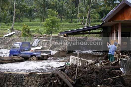 Sebuah mobil pick up terjebak di lumpur yang dibawa banjir bandang.