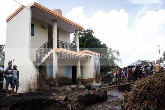 Sebuah bangunan di tepi sungai di Desa Rasi nyaris diterjang banjir bandang.