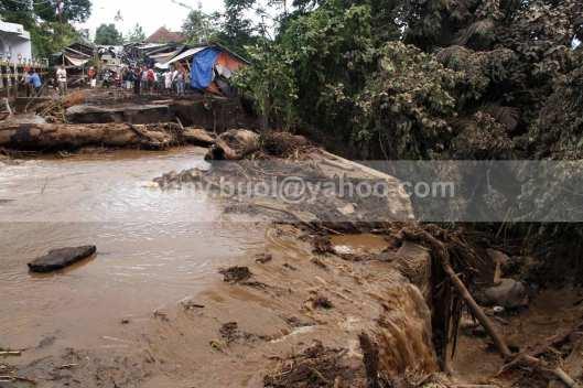 Jembatan di Desa Tosuraya putus diterjang banjir bandang.
