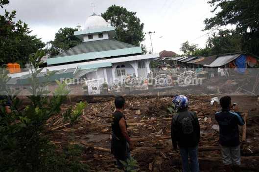 Sebuah bangunan masjid di Desa Tosuraya ikut pula terendam lumpur yang dibawa banjir bandang.