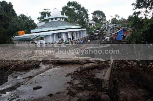 Jalan dan sungai di Desa Tosuraya merupakan salah satu yang terparah diterjang banjir bandang.
