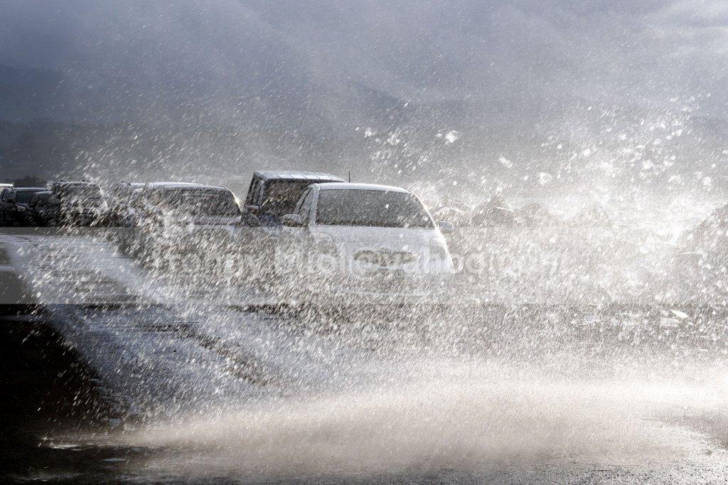 TERJEBAK -- Beberapa kenderaan roda empat yang terparkir di area parkir Manado Town Square tidak luput dari terjangan ombak yang melanda Manado pada 14 Januari 2014. Sehari kemudian, Kota Manado dilanda banjir bandang terbesar yang menewaskan puluhan orang dan menghanyutkan ratusan rumah warga.