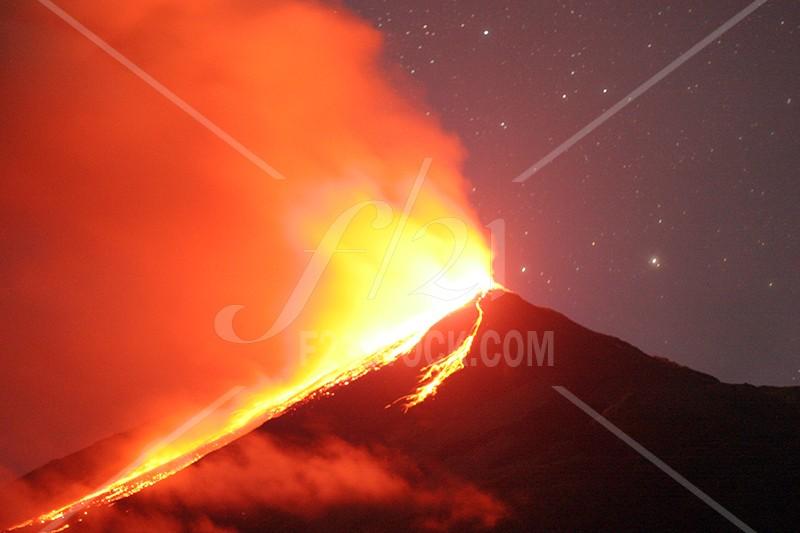KARANGETANG VOLCANO -- Gunung Api Karangetang di Pulau Siau, Kabupaten Siau Tagulandang Biaro, Sulawesi Utara menunjukkan aktivitas yang tinggi sejak Sabtu (19/7/2014) malam. Dari puncak kawahnya terlihat luncuran lava pijar, dari informasi terakhir, luncuran lava pijar kini sudah mencapai kaki gunung pada Minggu (20/7/2014). FOTO: Ketika Karangetang meletus pada September 2010. Foto-foto lainnya dapat dilihat di www.f21stock.com
